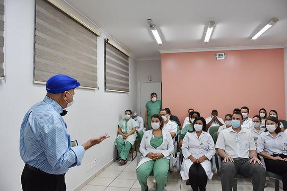 Colaboradores do Hospital São Domingos ganham livros de escritor cego