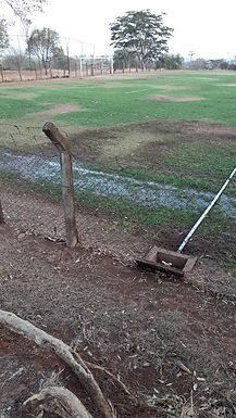 Moradores do Km 7 relatam desperdício de água para irrigação de campo de futebol