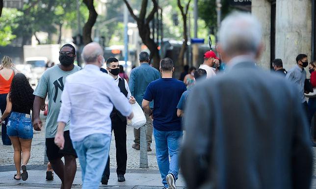 País registra 43 mil novos casos de covid-19 e 990 mortes em 24h
