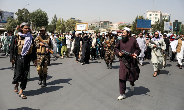 Afeganistão: talibãs autorizam saída de 200 estrangeiros