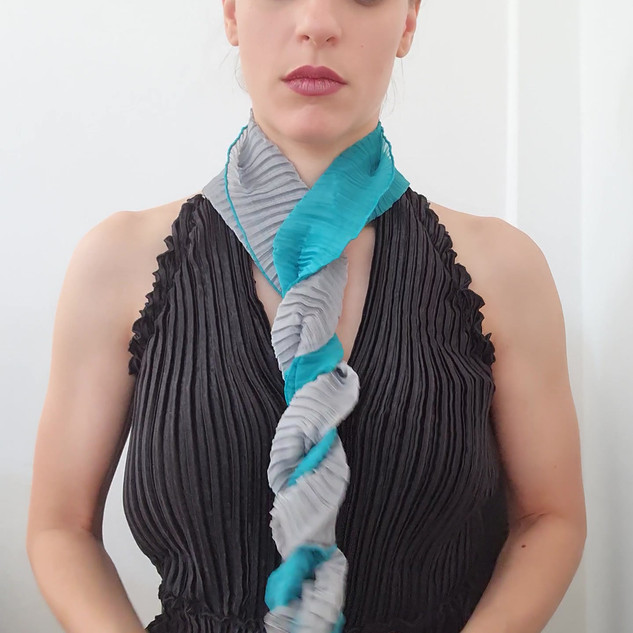 How to wea your Two-toned pleated scarf  2