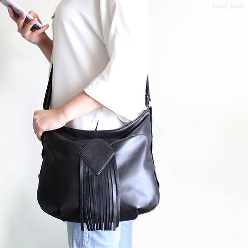 The size of the black leather crossbody bag Demilune
