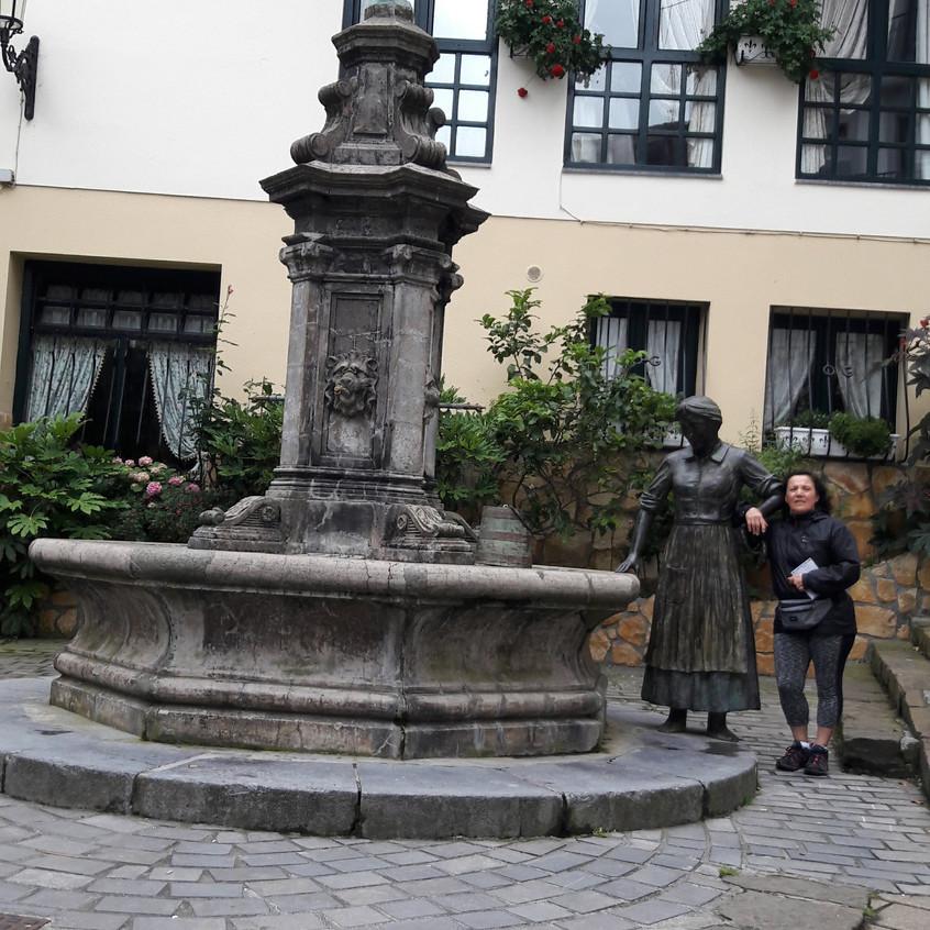 Escultura de la Aguadora en Zumaia