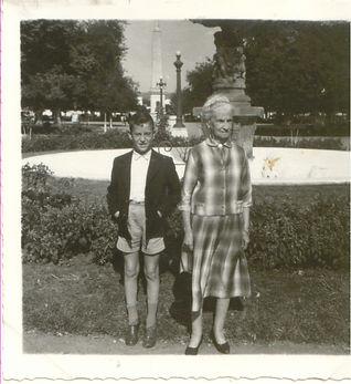 Mi tía abuela Pilar y yo Plaza Tandil