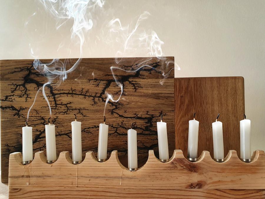 הנרות בחנוכייה כבויים ועשן לבן מתמר מעליהם.