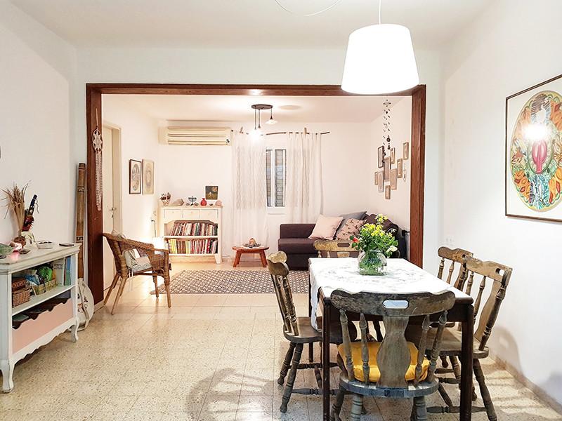 מבט אל הסלון מפינת האוכל. קנינו ספה שטיח ווילונות, כל השאר כבר היה בבית