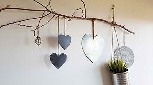 אמנות לקיר מענף ולבבות פח כסופים