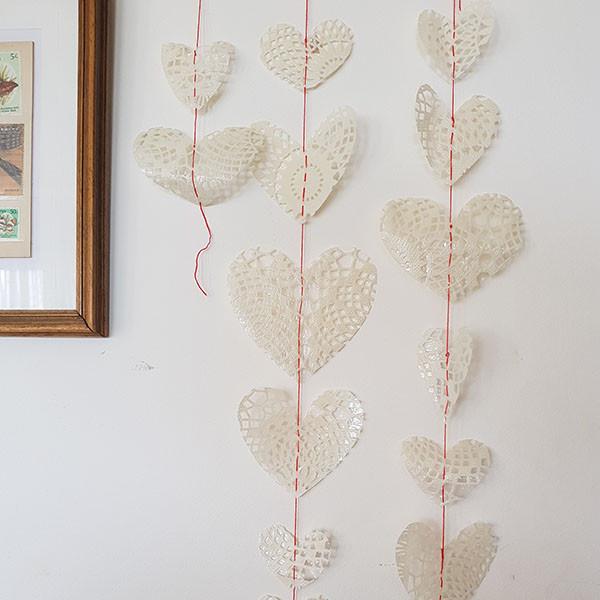 שרשרת לבבות תלויה על הקיר