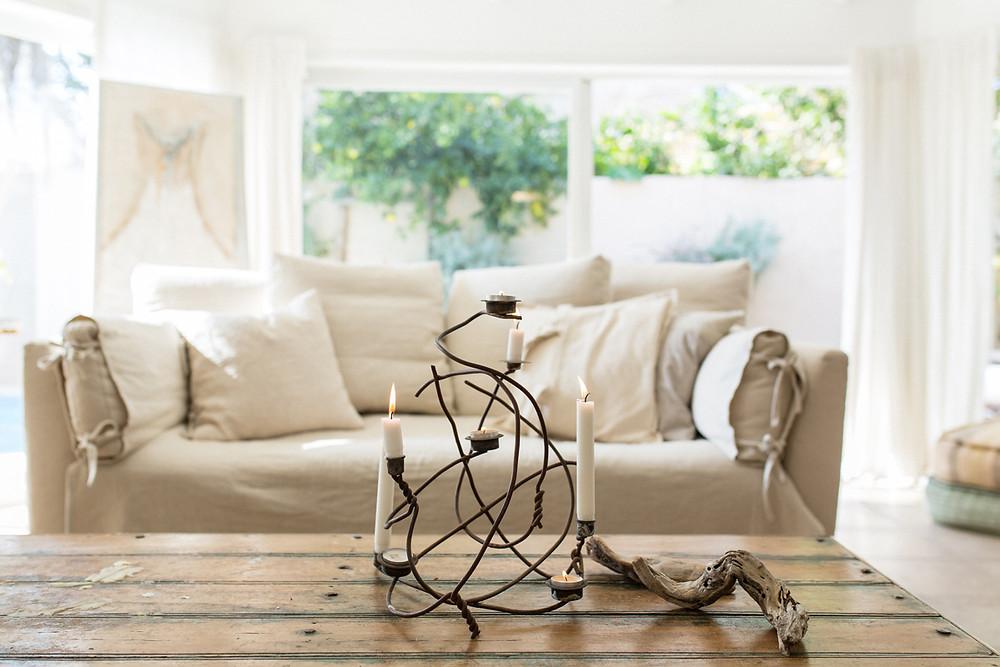 בית. מוצרים, ספה ופמוטים בסטודיו בילונגינג. צילום לירון זנדמן