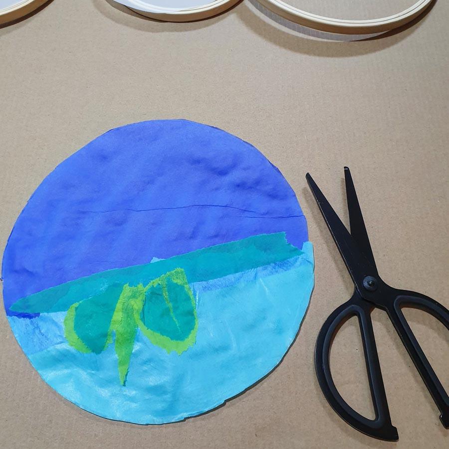 אני הכנתי שלושה עיצובים שונים, מפיסות נייר קרועות ביד חופשית,שושנת מים, ושני דגמים של בלאגן צבעוני משמח