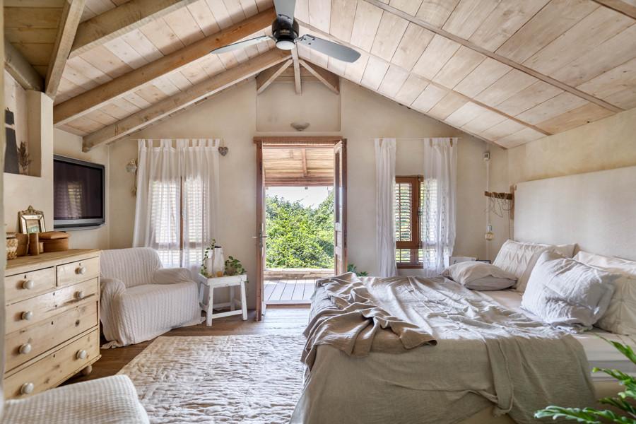 תמונה של בית. חלל פנים. עיצוב חדר שינה בעיצוב נועה בר לב דוידור. צילום אורית ארנון