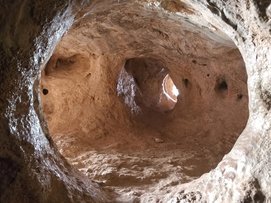 מבט אל מערות עגולות מתחת לאדמה.