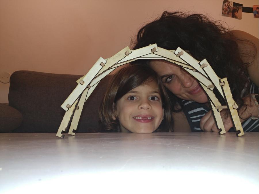 מסתכלים על החיים דרך מסגרת של גשר בנוי מעץ