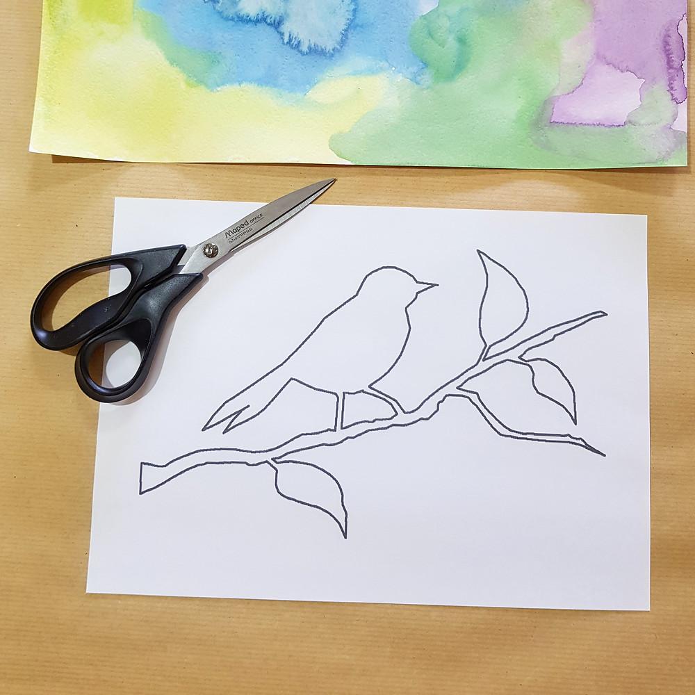 הדפסנו את הדוגמה, צללית של ציפור על ענף. עכשיו הגיע הזמן לגזור.