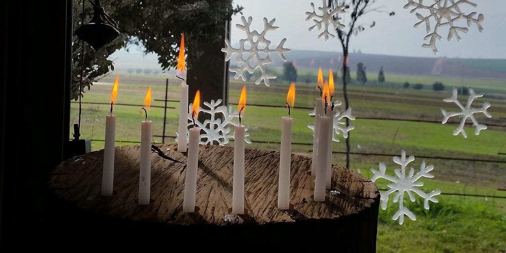 נרות מול החלון הפקה חגיגית לחנוכה עיצוב וצילום קרן אורן