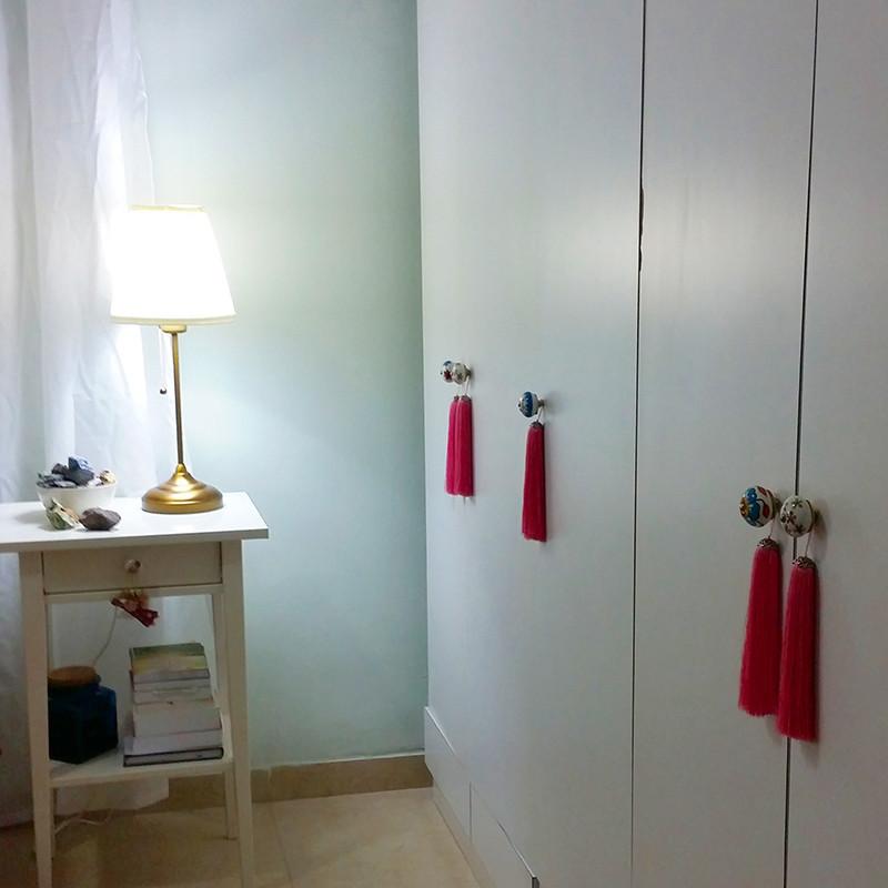 שדרוג לארון בגדים ישן, החלפנו ידיות ותלינו גדילים מחוטי משי על הדלתות