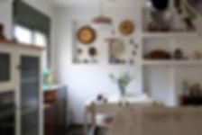 מבט אל פינת האוכל מתוך המטבח.