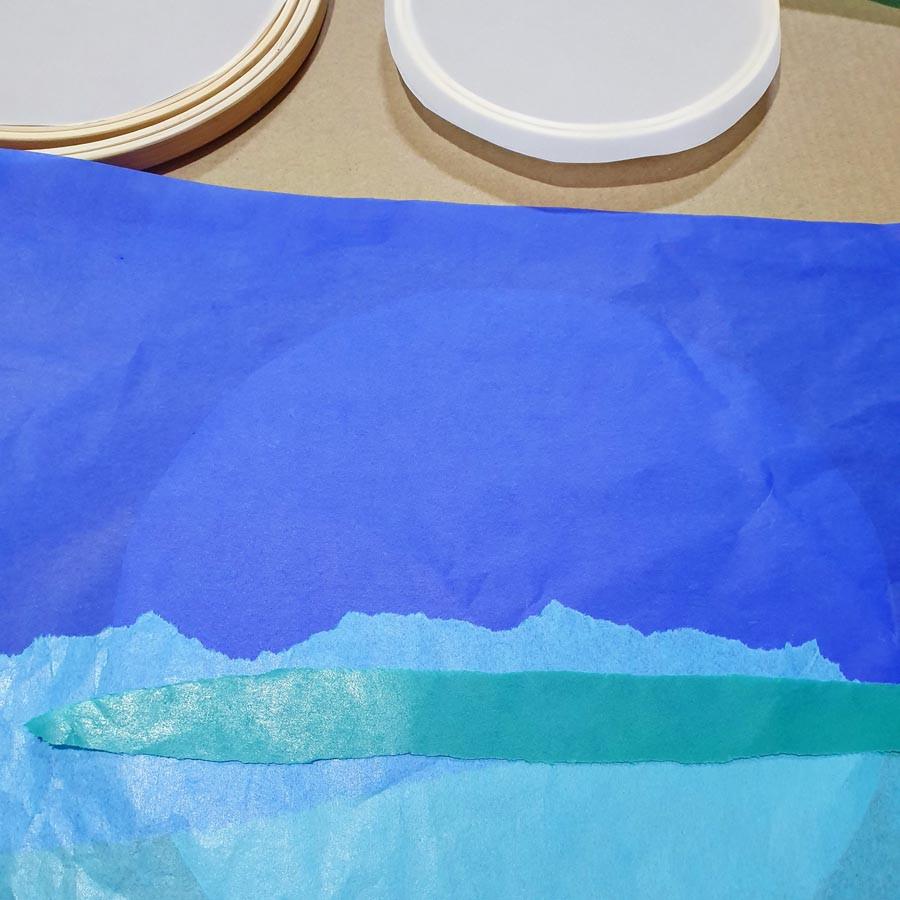 קורעים פיסות נייר משי בצבעם שונים, אפשר עם הידיים למראה יותר פרוע או לגזור במספריים ולקבל תוצאה יותר מדוייקת. זה תלוי בעיצוב שתרצו ליצור.