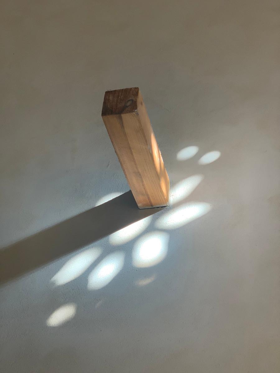 תמונה של רגש. חומרים וטקסטורות. אור וצל. ורגל מעץ. צילום נעה בר לב דוידור