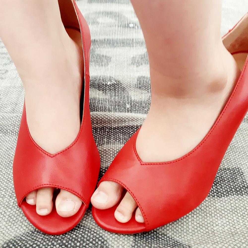 תמונות של השראה. רגליים קטנות בתוך נעלי עקב אדומות.