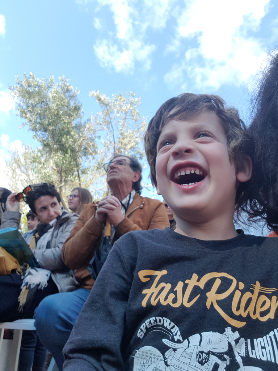 תמונה של רגש. צחוק של ילד.