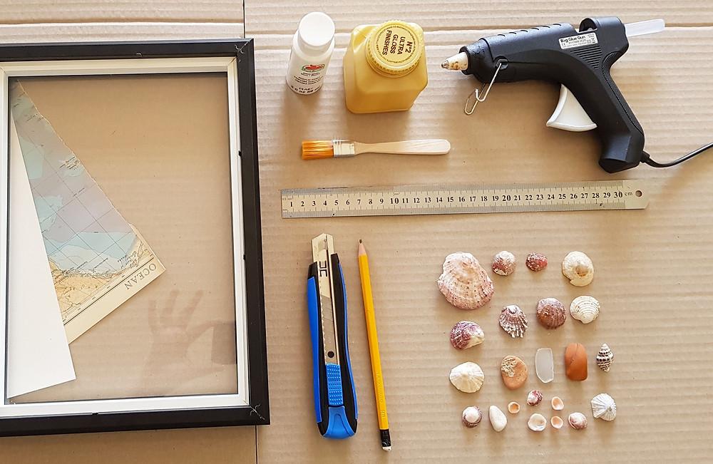 בריסטולים וקרטון חום סרגל, סכין יפני ועיפרון דבק חם ודבק לנייר ניירות צבעוניים או דפים ממגזין או ספר ישן, צבע לבן, למשל גואש + מברשת לכה שקופה על בסיס מים