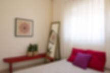 חדר שינה פשוט וצבעוני, כריות ווילונות מוסיפים צבע ורכות.
