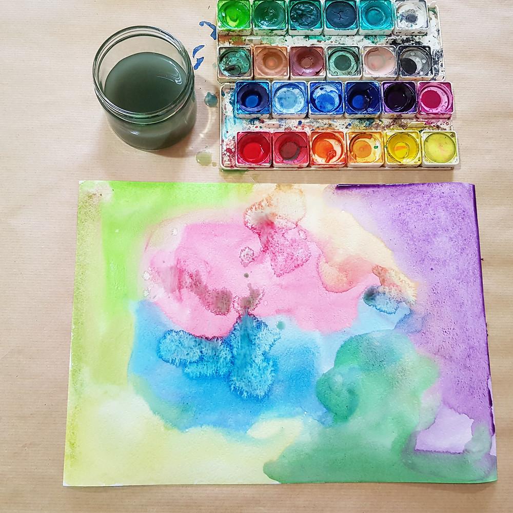 ככה זה נראה אחרי שצבענו פיזרנו טיפטפנו צבע על הנייר כולו.