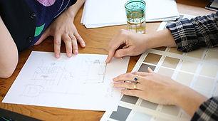 פגישת ייעוץ ידיים משרטטות על נייר