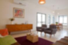 מבט מהסלון אל פינת האוכל. שילוב של רהיטי וינטג' משופצים ואביזרים מאיקאה.