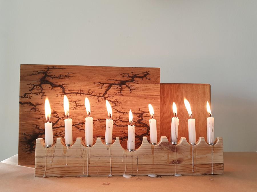 הנרות דולקים בחנוכייה שיצרנו מעץ