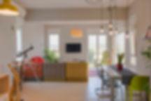 מבט אל הסלון מכיוון הכניסה. צילום ינאי מנחם.