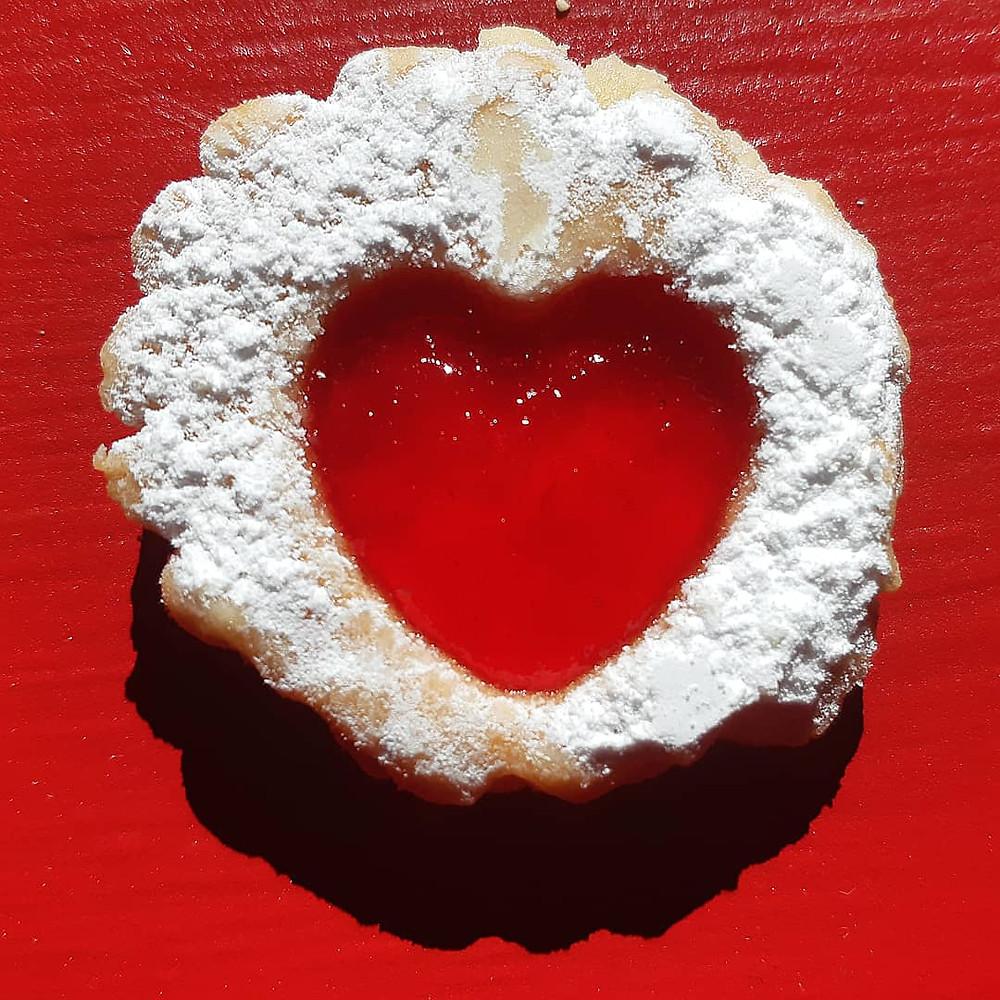 תמונות של השראה. עוגייה עם לב אדום של ריבה.