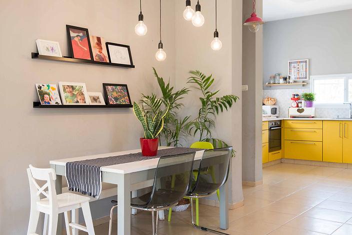 פינת האוכל ומבט אל המטבח הצהוב