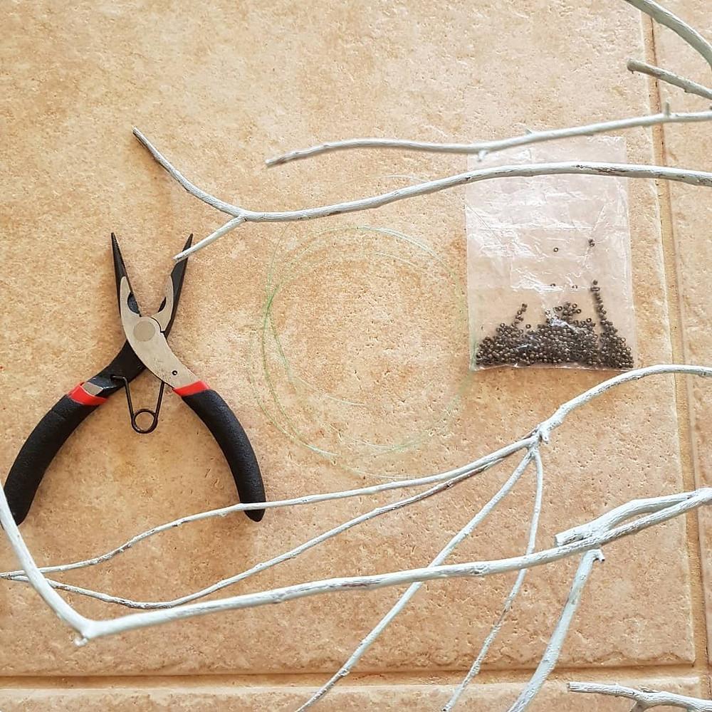 מה שצריך ענף, פלייר, חוט דיג וחרוזי לחיצה