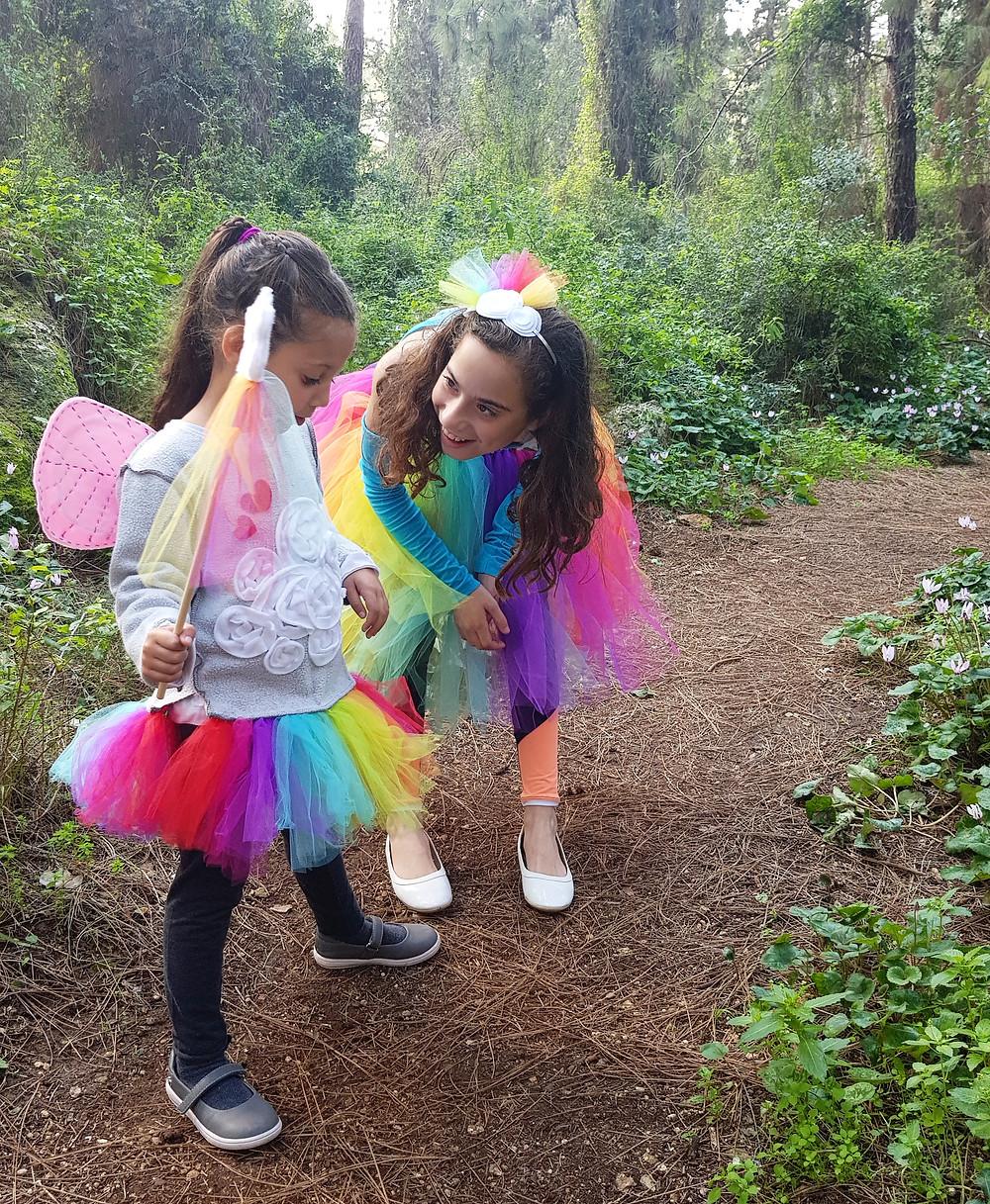 הפיות יוצאות לטייל ביער
