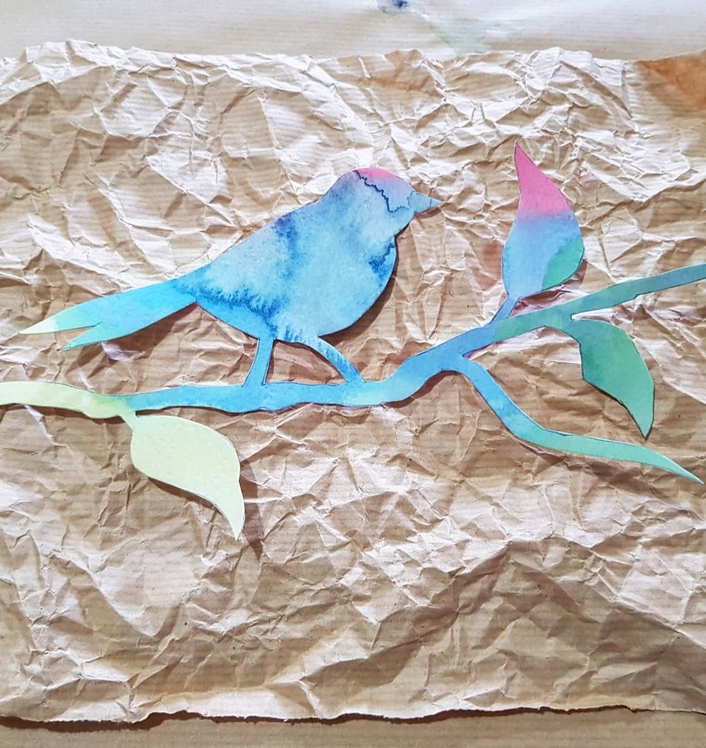 הציפור על רקע הגירסה המקומטת של הנייר