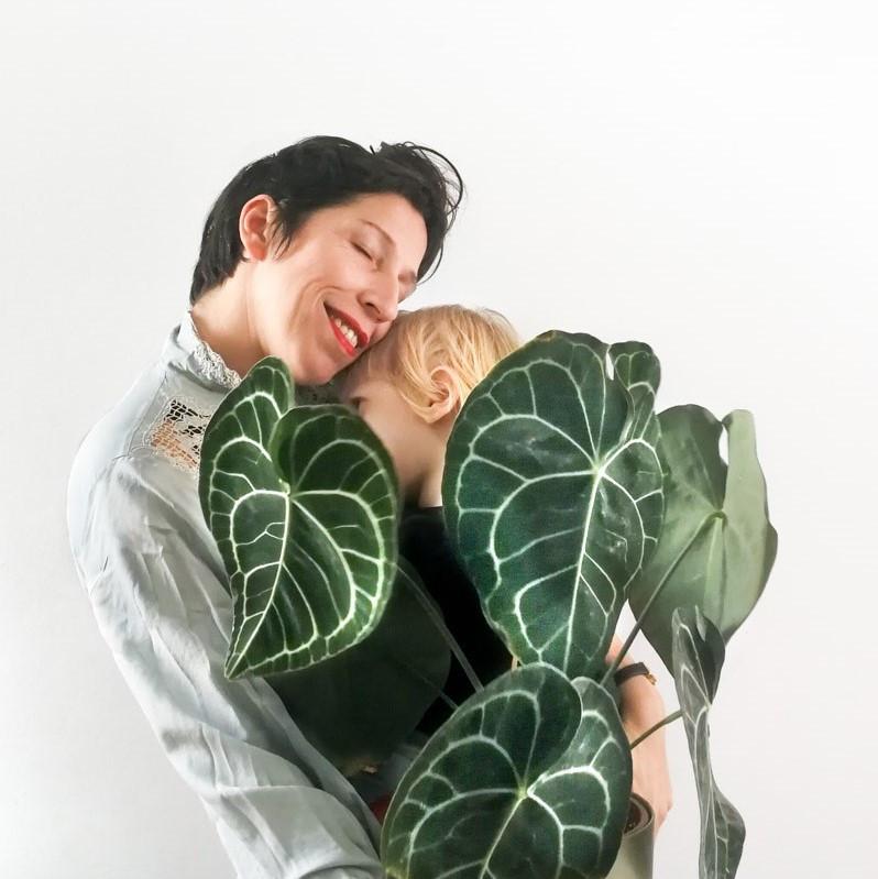 רינת טל מחבקת שתי אהבות, את הבן שלה ואת העציץ הגדול.