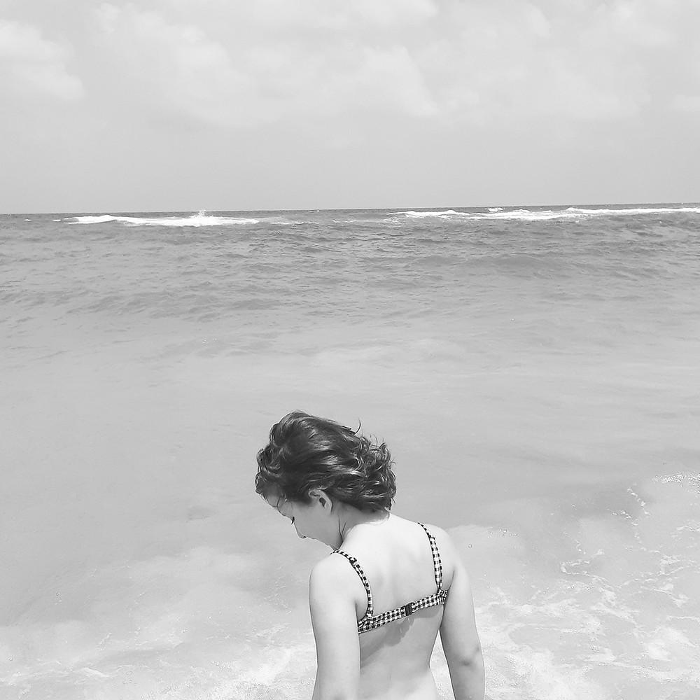 תמונות של זיכרון. ילדה על רקע חוף הים.
