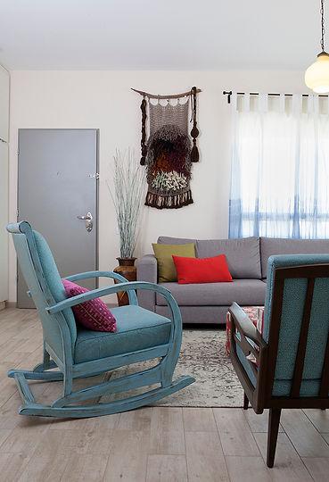 פינה בסלון. כיסא נדנדה ושטיח קיר מיוחד. צילום הגר דופלט..