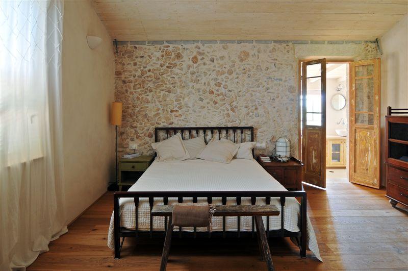 צילום של חדר שינה אישי בעיצוב נועה בר לב דוידור מתוך הספר הבית הרגשי מאת אורלי רוביזון. צילום: שי אדם