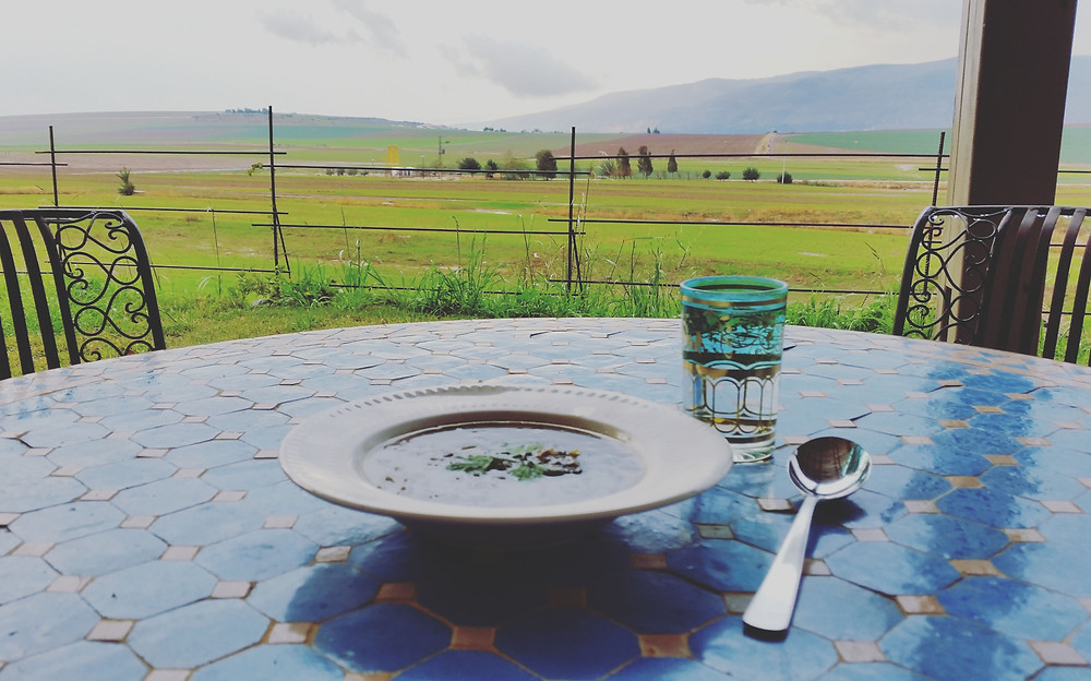 צלחת מרק מול הנוף של הגלבוע