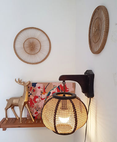 מנורת וינטג' מקש וברקע ציור צבעוני , אייל מעץ וחישוקי נצרים.