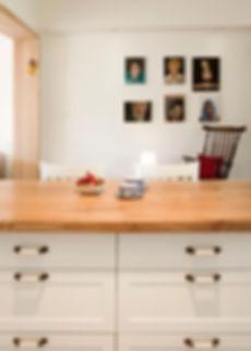 מבט מהמטבח אל פינת הקריאה וגלריית הדיוקנאות שעל הקיר.