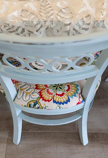 כיסאות פינת האוכל נצבעו ורופדו מחדש. צילום הגר דופלט.