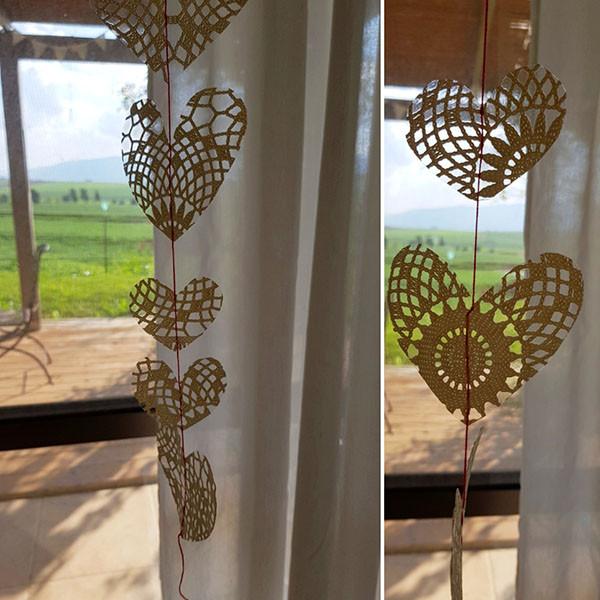 שרשרת לבבות תלויה על החלון