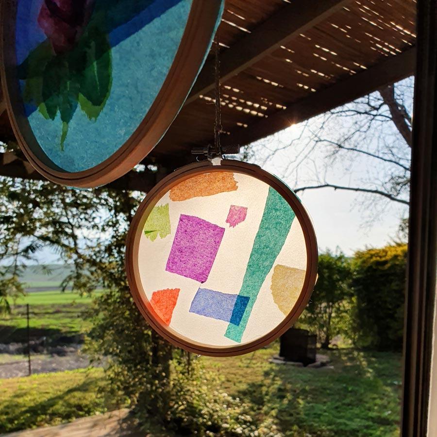 החישוקים נתלו מול החלון. אני פשוט חיברתי אותם למוט הוילון בעזרת החוט. הם מכניסית צבע ואווירה שובבית בכל שעות היום.
