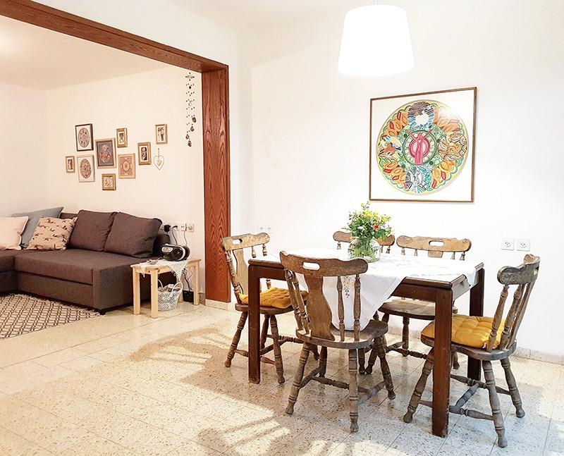 הריהוט בדירה פשוט מאוד ורובו יד שנייה, החום נוצר מהשילובים והחפצים האישיים