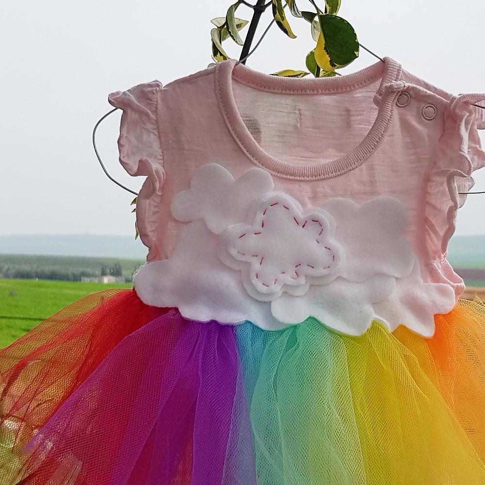 קישוט שמלה קטנה, עננים וקשת צבעונית