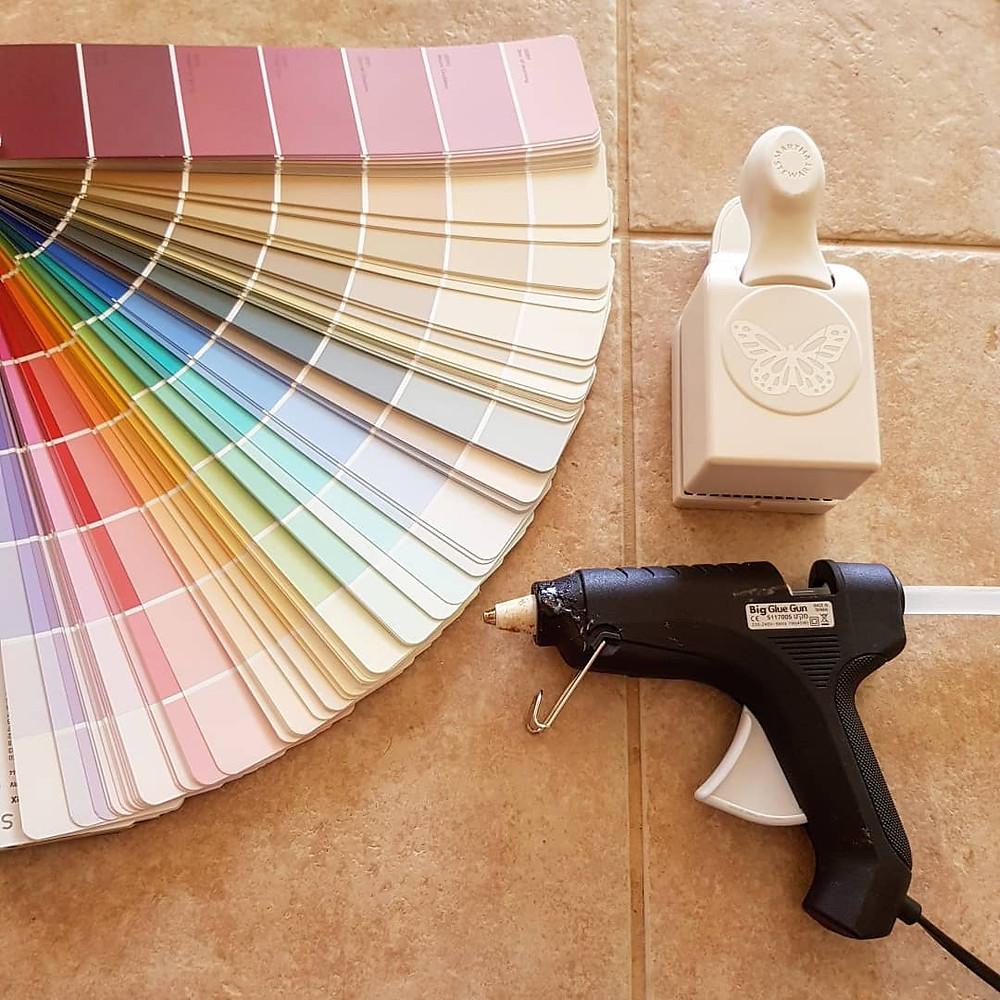 מה צריך, דבק חם פאנץ' בצורת פרפר וניירות צבעוניים